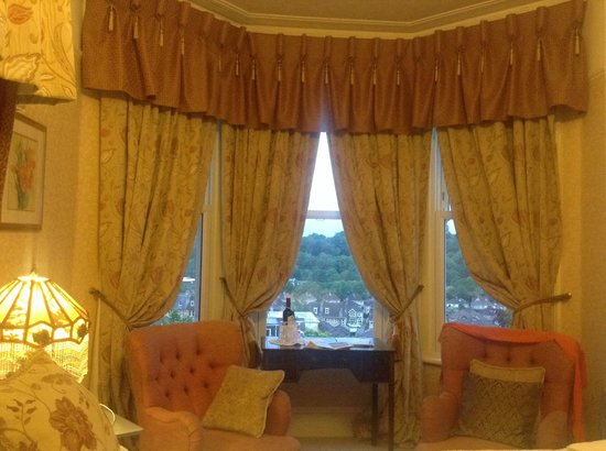 Cranleigh : Warm and comfortable sitting area in room looking out to an amazing view.