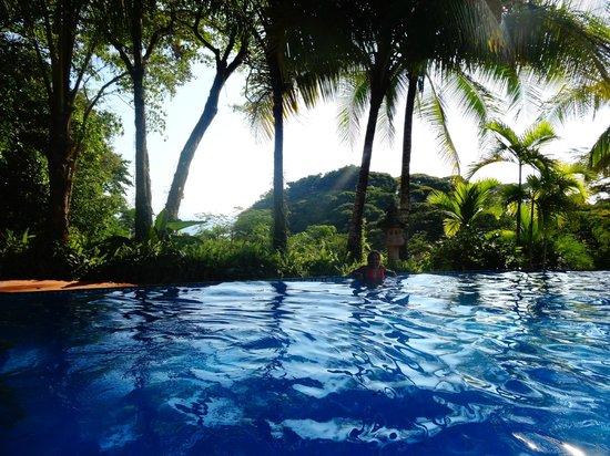 Hotel Cuna del Angel: Piscina de borde infinito
