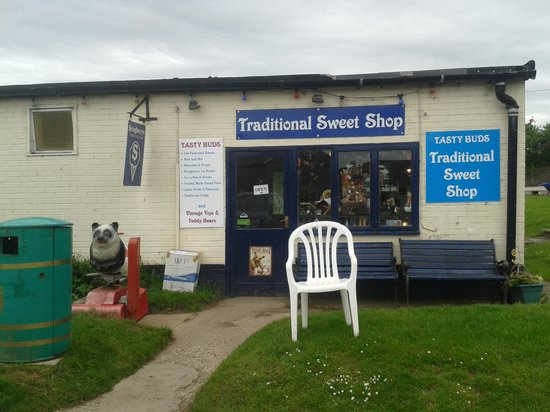 Lady Heyes Crafts and Antique Centre: Old fashioned sweet shop