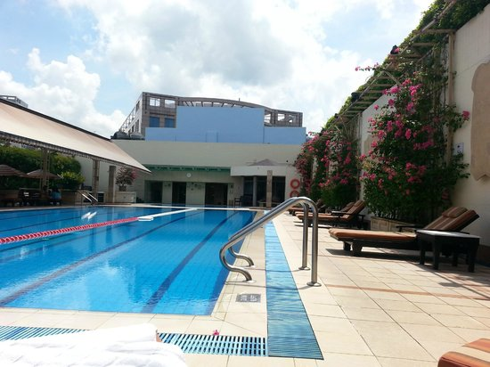 Holiday Inn Singapore Orchard City Centre: Pool area, decent pool but short on sun beds