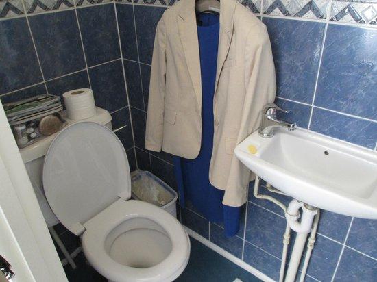 Dylan Apartments Earls Court : Bathroom / closet