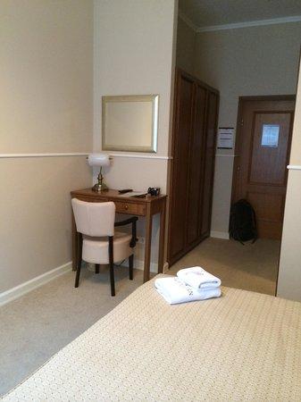 Hotel Jagerhorn : Desk and closet in room 102
