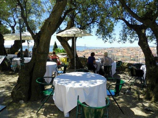 Castelo de Sao Jorge : Restaurante ao ar livre