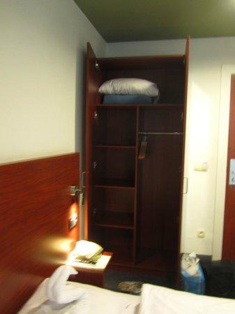 Century Hotel: Большой шкаф с запасным одеялом и подушкой