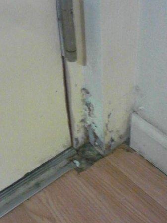 Red Roof Inn Hardeeville : nasty door area