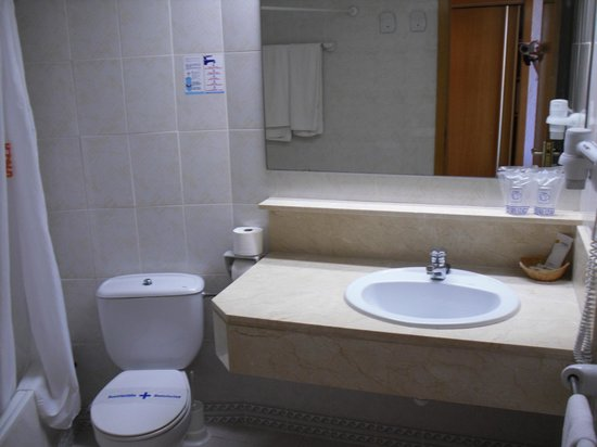 Hotel Club Cala Marsal: Badezimmer zu Beginn des Aufenthaltes