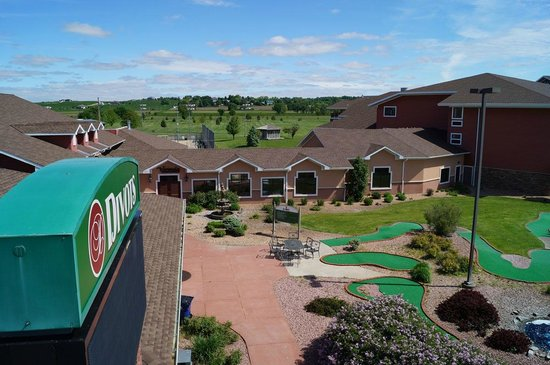 Norfolk Lodge & Suites Ascend Collection: Mini Golf and Exterior