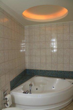 Kastro Hotel: Banheira