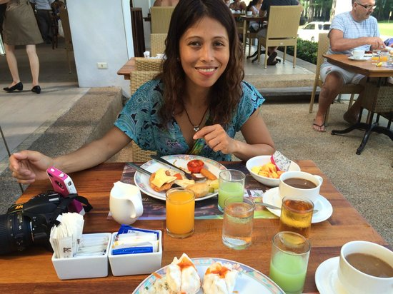 Katathani Phuket Beach Resort: Excellent morning breakfasts with my girlfriend at Cinnamon.