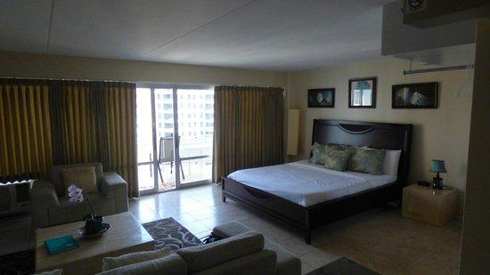 Ilikai Hotel & Luxury Suites: Bed area of 1 bed suite