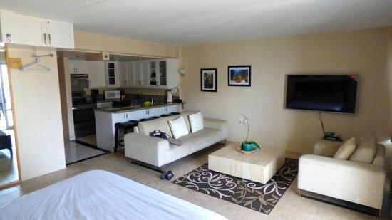 Ilikai Hotel & Luxury Suites: 1 bed suite - Lounge & kitchenette