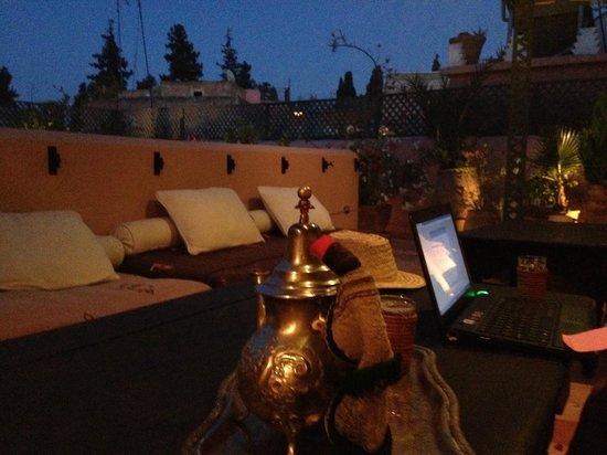 Riad Helen: La terraza, anocheciendo, te de menta y wifi