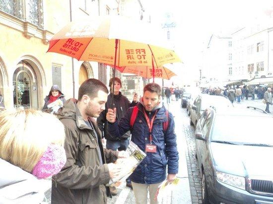 SANDEMANs NEW Europe - Prague : Bajo una tenaz llovizna, con el guia de Sandesman.