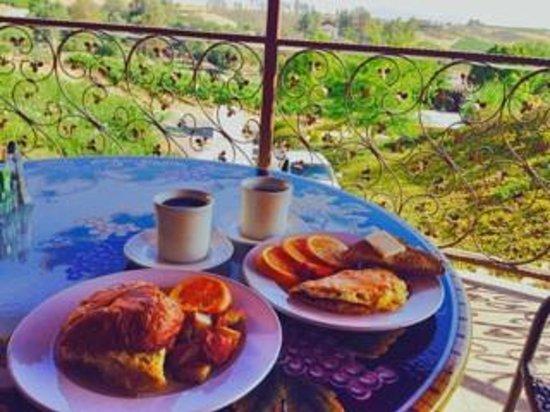 Inn at Churon Winery : Breakfast/view at Churon