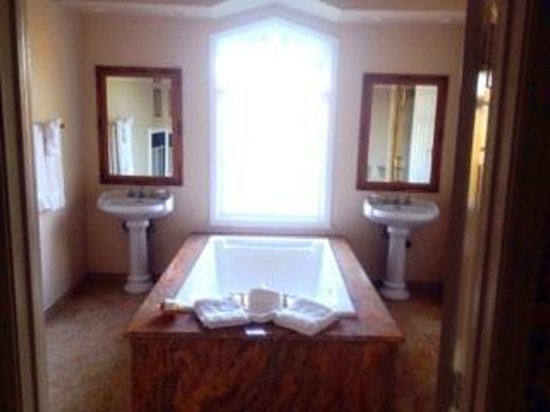 Inn at Churon Winery: Bathroom of Chardonnay Suite