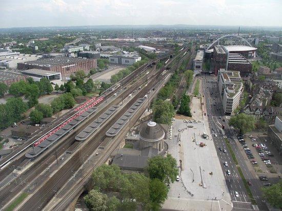 KölnTriangle : Vista da ferrovia da Deutz Bahnhof (estação de trem de Deutz). Ao fundo, à direita, Arena do Lan