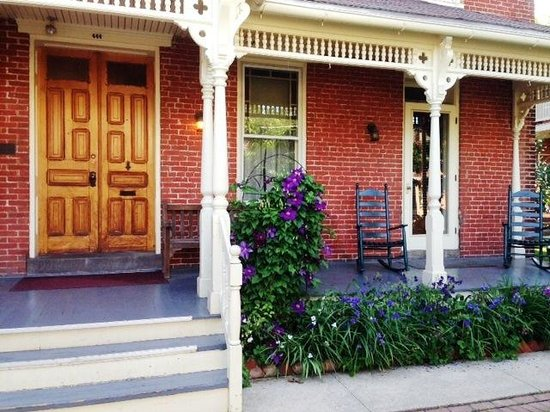 Brickhouse Inn Bed & Breakfast : Welty House Front Porch