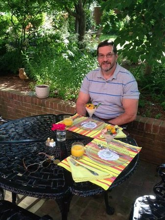 Brickhouse Inn Bed & Breakfast : Delicious breakfast on the patio