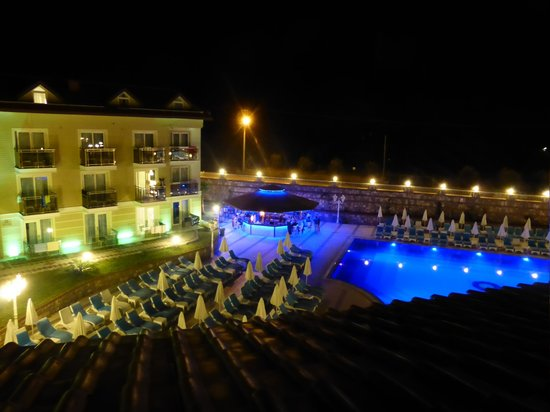 Marcan Resort Hotel : pool by night-view from our secure balcony