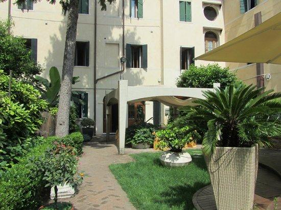 Hotel Abbazia: Jardim do hotel
