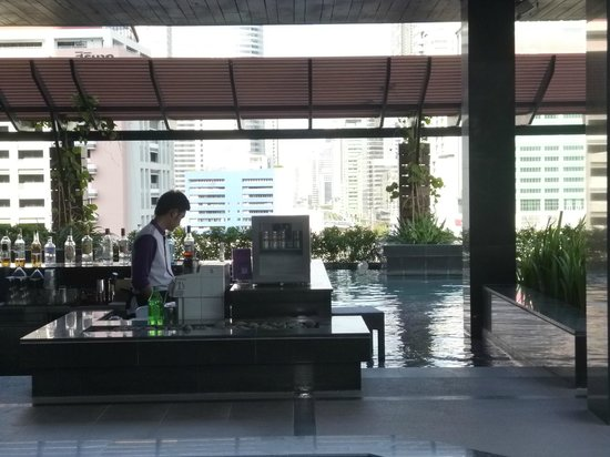 Mode Sathorn Hotel: Barra en la piscina