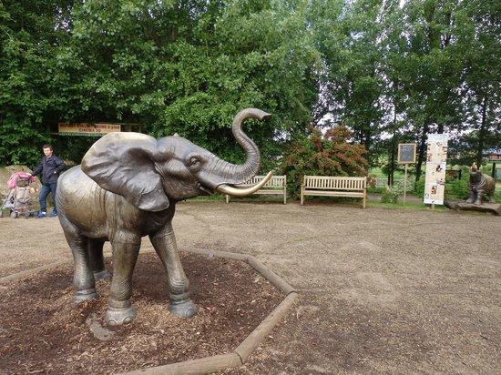 Parc Zoologique Cerza : statue à l'entrée