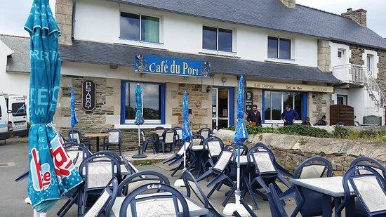 Tredrez-Locquemeau, France : front of restaurant