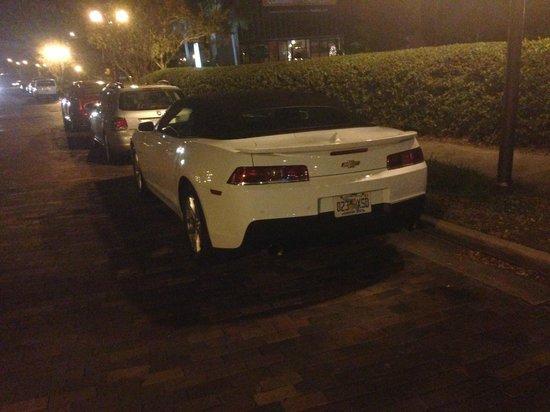 DoubleTree by Hilton Orlando Downtown: Estacione de frente ao Hotel na rua.