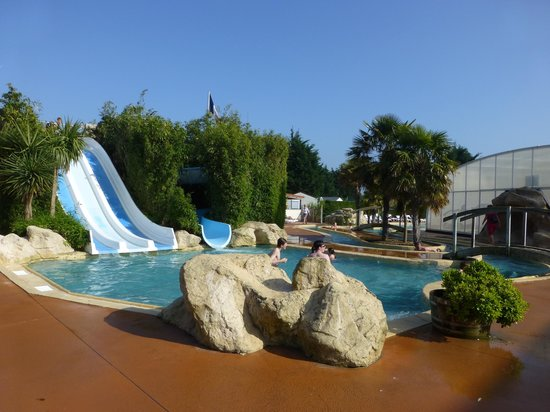 Camping Sandaya la Côte de Nacre : the outdoor pool area at