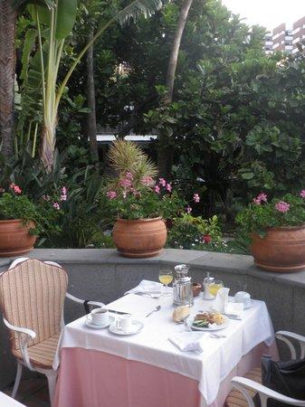 Hotel Parque Tropical : Frühstück auf der kleinen Terrasse vorm Speisesaal