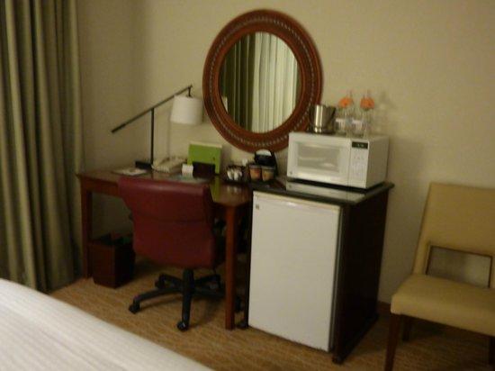 Doubletree by Hilton Sunrise - Sawgrass Mills: Microhondas, heladera, escritorio