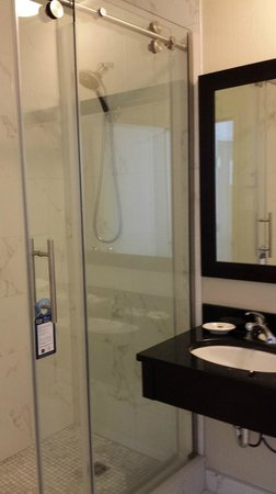 Best Western Plus Montreal Downtown-Hotel Europa: Bathroom with large shower