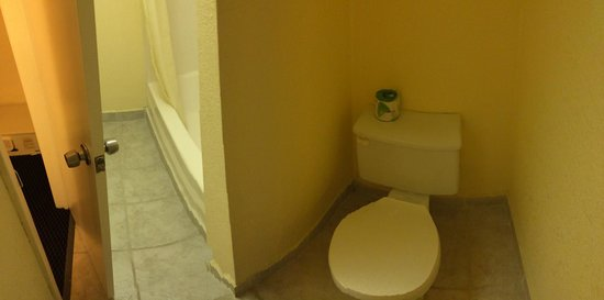 Howard Johnson Express College Station: Really awkward bathroom layout