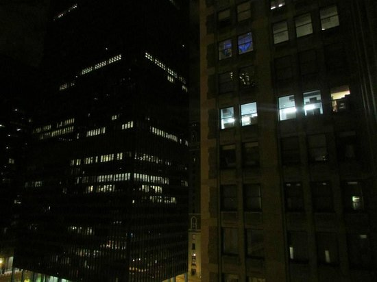 Club Quarters Hotel, Central Loop: Our view at night