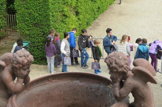 Château de Vaux-le-Vicomte : les enfants attendent le feu vert, tous dotés d'un sac papier