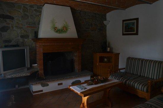 Borgo Isora: Salotto con camino
