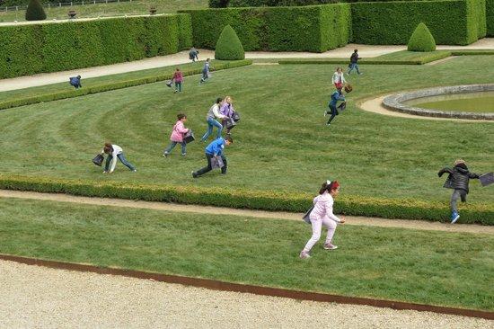 Château de Vaux-le-Vicomte : les enfants chassent les oeufs dans un carré réservé