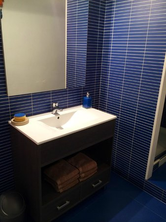 Casa Marcelo Barcelona: The facilities in shared bathroom, very clean.