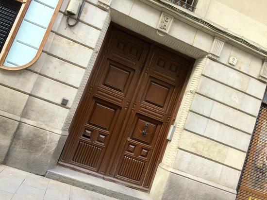 Casa Marcelo Barcelona: The main entrance of the B&B.