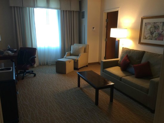 Doubletree by Hilton Sunrise - Sawgrass Mills: 2 room suite living area