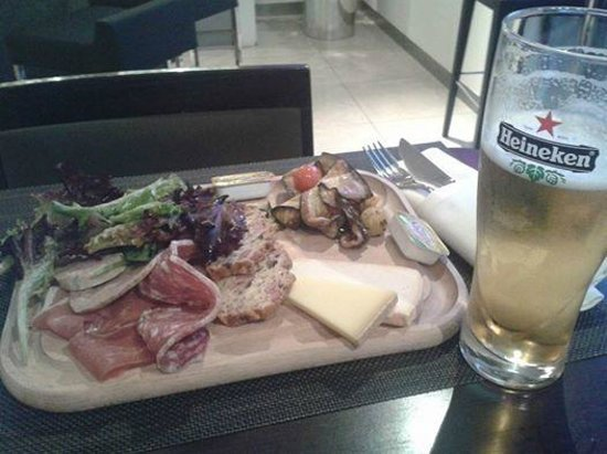 Novotel Paris La Defense: Food from cafe bar