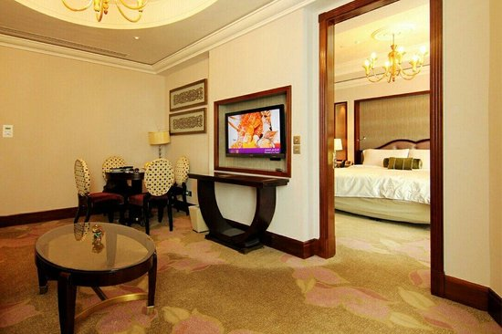 Raffles Makkah Palace : Signature suit living and beroom with Haram View