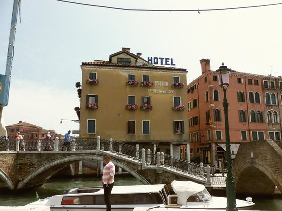 Arlecchino Hotel : Wife waving from room