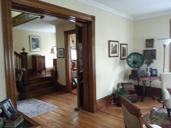 Alicion Bed & Breakfast: Front Parlor
