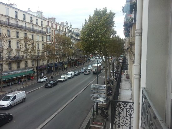 Ibis Paris Ornano Montmartre North 18th: View from the room to the main street