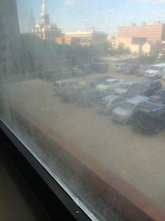 Holiday Inn Dubuque: dirty windows