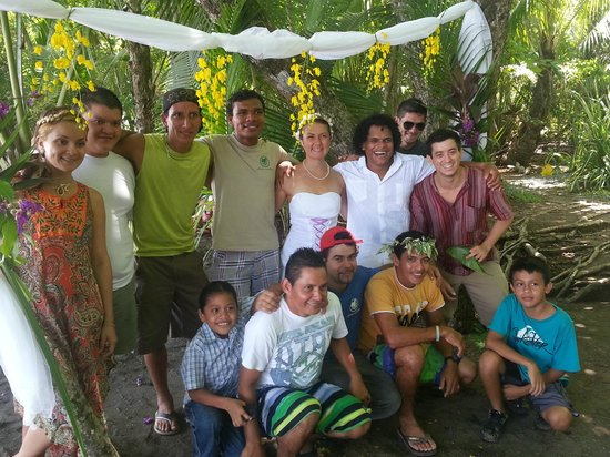 Finca Exotica Ecolodge : Finca Team sharing in our wedding day ;)