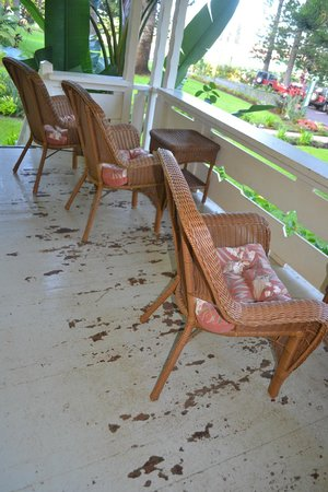 Hotel Lanai: Shared deck needs painting