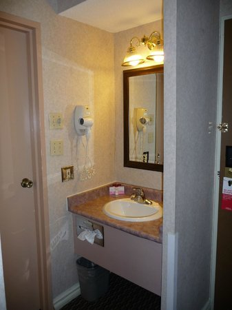 Ramada Victoria : Sink and closet area (outside the toilet/tub room)