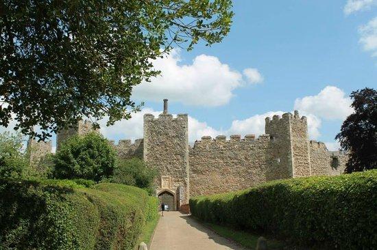 Framlingham Castle: approach